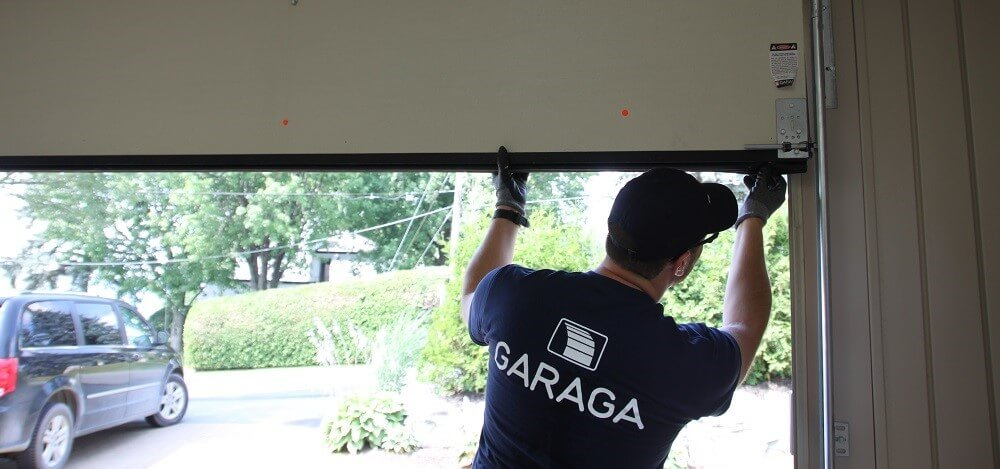 Garaga installer installing a garage door
