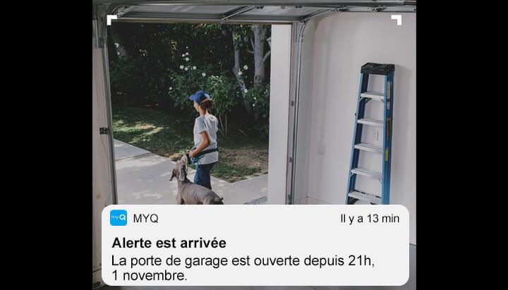 """Le proprio reçoit une alerte """"La porte de garage est restée ouverte"""" et voit qui a oublié de la fermer sur son cellulaire."""